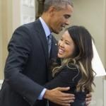 エボラから回復  オバマ大統領とハグ 「エボラは治るんだよ~ このワクチンを打てばね」
